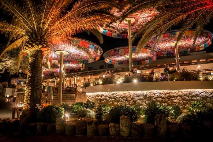 Cenas al aire libre con lunas inigualables vistas a Cala Nova. Fotos: Aiyanna Ibiza