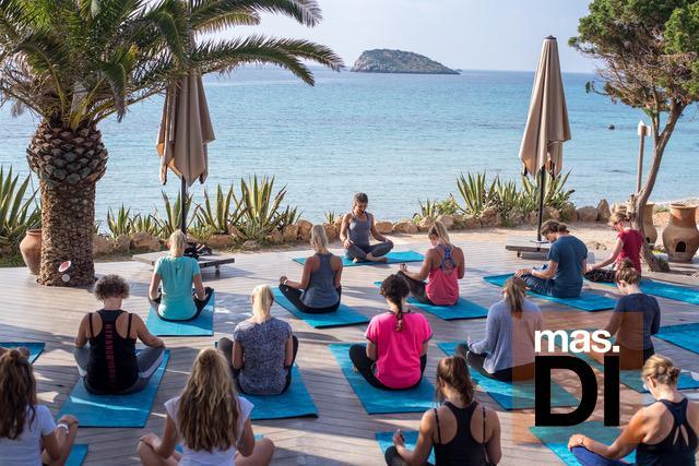 El local ofrece clases de yoga y desayunos saludables.
