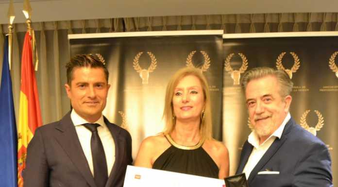 Maria Antonia Alsina, propietaria de la zapatería, recogió el premio.