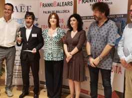 Sion Gomila, representante de EroskiFranquicias en Balears trofeo en mano, acompañado por la directora de Trabajo de Balears, Isabel Castro, la directora de FrankiBalears, Raquel Robledo y otros miembros colaboradores.