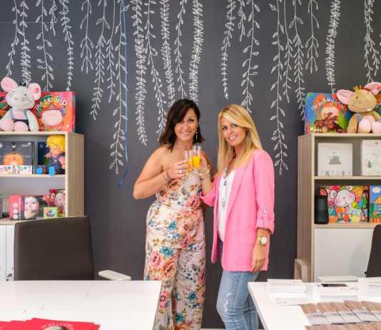 Nieves Riera, directora de Kids & Us Eivissa, y Sandra Romero, directora general de KidsBiz SL,en una de las salas el día de la inauguración.