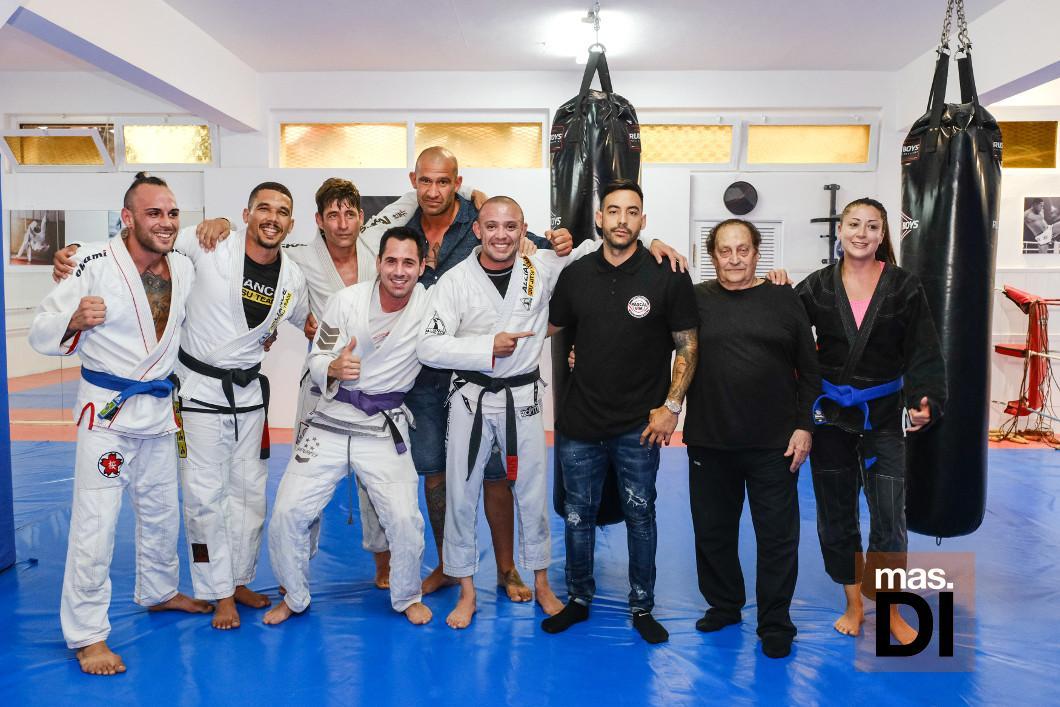 Pascal Bonomo, junto a su nieto Sinuhé Tur y algunos de los luchadores de jiu jitsu el día de la inauguración.