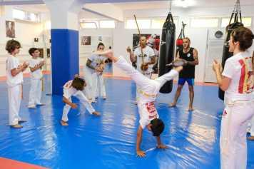 Los jóvenes en plena capoeira.