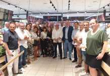 Productores, distribuidores y representantes de Eroski, con el presidente del Consell, Vicent Marí. Foto: Eroski