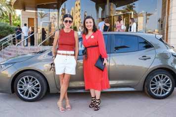 Coro Saldaña y Mari Angles Marí posan con el Toyota Corolla ante el Club Diario de Ibiza.