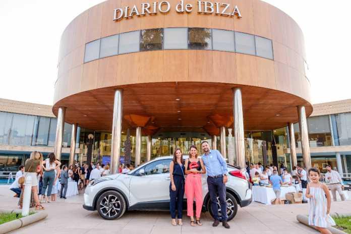 Virginia Marí, premio eWoman Negocio Online by Ebusus Motor, con Nuria y Óscar Escandell junto al C-HR.
