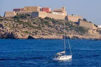 El gran lujo y la realidad comparten los puertos de Ibiza | másDI - Magazine