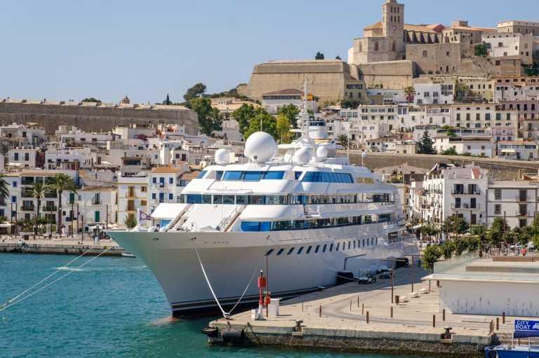 El gran lujo y la realidad comparten los puertos de Ibiza