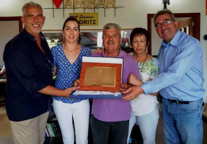 Distribuciones Guasch recibió una placa de reconocimiento de Aguas de Mondariz.