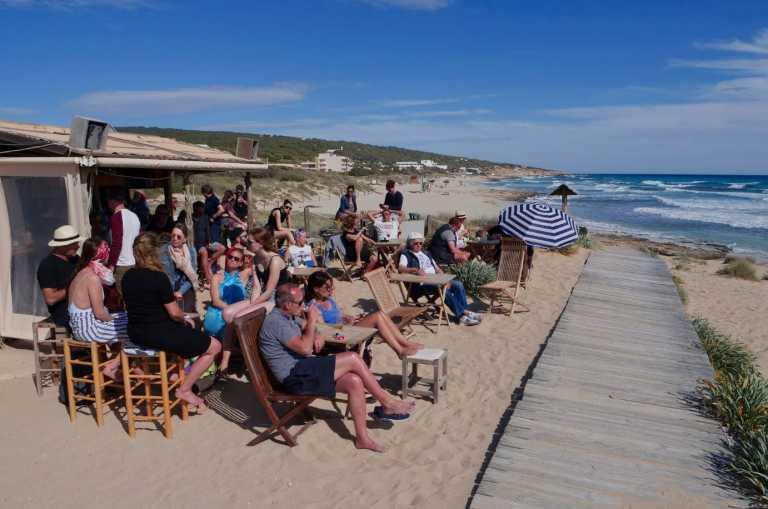 Pirata Bus se ha convertido en el punto de encuentro más popular de Formentera