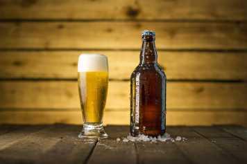 Las cervezas artesanales adquieren cada vez más presencia en los bares españoles.