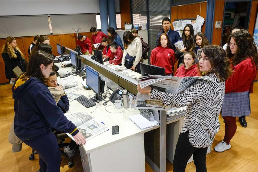 Los estudiantes, atentos a las explicaciones de Cristina Martín. SERGIO G. CAÑIZARES