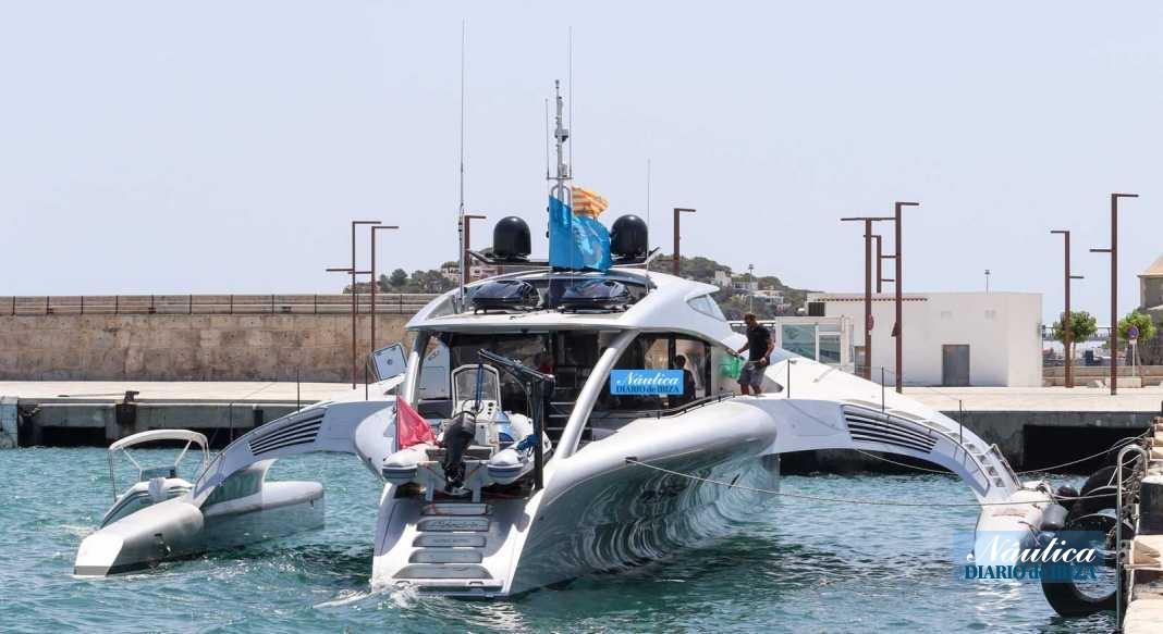 El superyate a su llegada a Ibiza. PAU FERRAGUT
