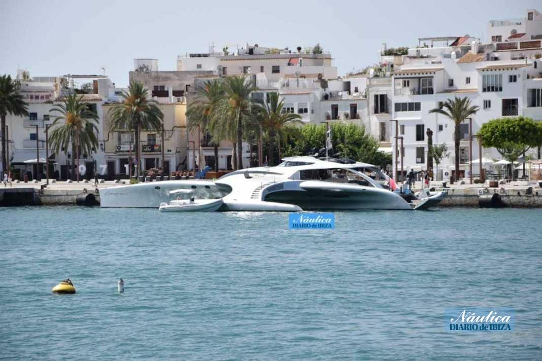 Vista del espectacular megayate atracado en el puerto de Ibiza. CÉSAR NAVARRO