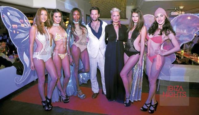 Los representantes de Sacred Love posan con las modelos al final del show.