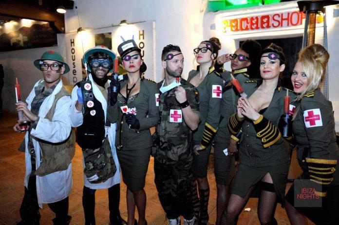 Grupo de animación, caracterizados como enfermeras y doctores.