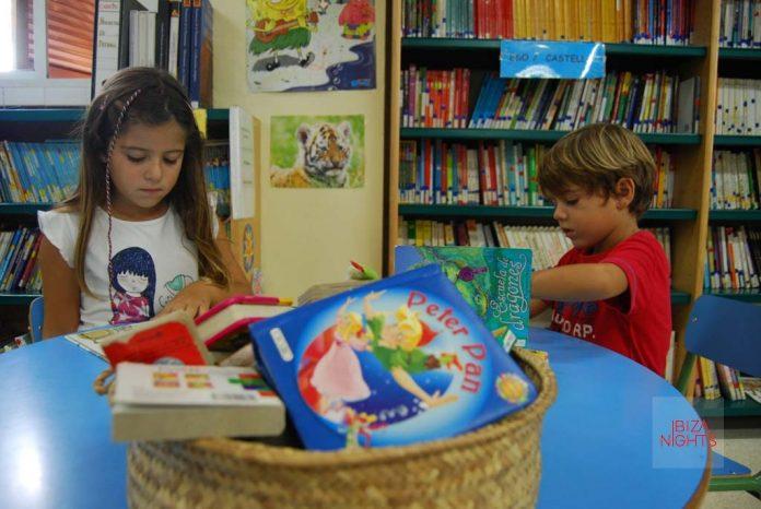 Los expertos recomiendan iniciar a los niños desde muy temprano con la lectura porque mejora su capacidad lingüística y su rendimiento escolar. | MARTA TORRES
