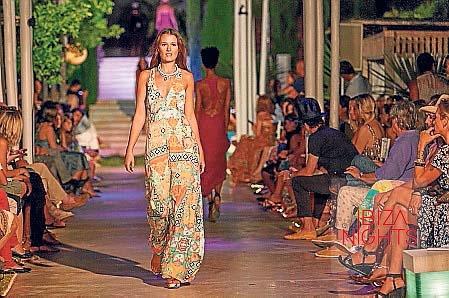 [:es]Modelo luciendo vestido[:en]Model wearing dress[:]