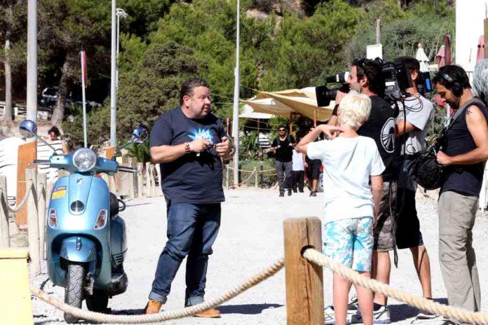 Alberto Chicote llega en moto a Cala Vedella para intervenir en una pizzería.