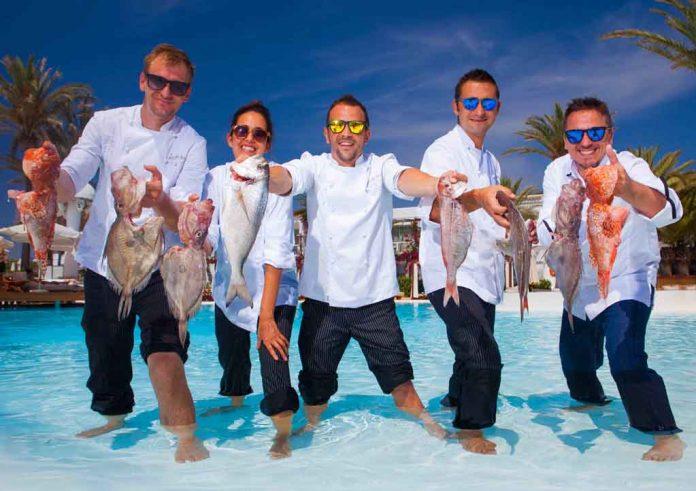 El equipo de Head Chefs, junto al chef ejecutivo Samuel G. Galdón, a la derecha, posan en la piscina de Destino.