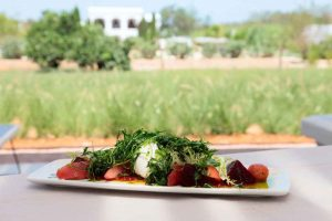 Ensalada de mozzarela de búfala con tomate y remolacha.