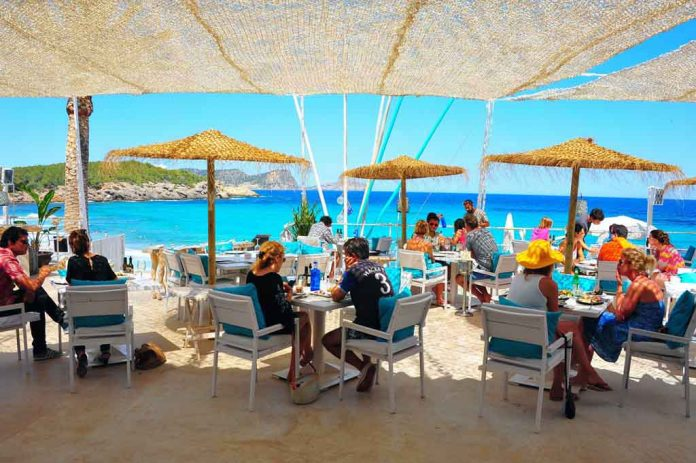 Es Restaurant Atzaró Beach, el lugar ideal para disfrutar de la gastronomía mediterránea.