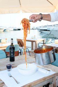 La pasta se sirve en la mesa como manda la tradición.