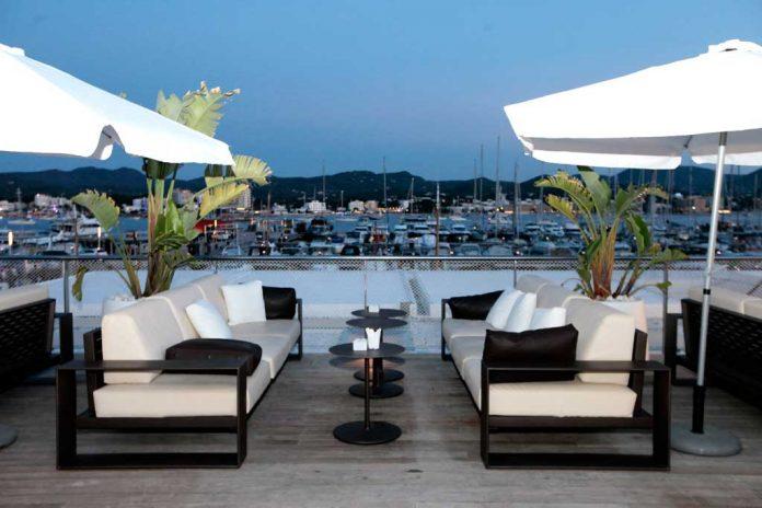 [:es]La terraza de Es Nàutic, un espacio idela para disfrutar en verano.[:]