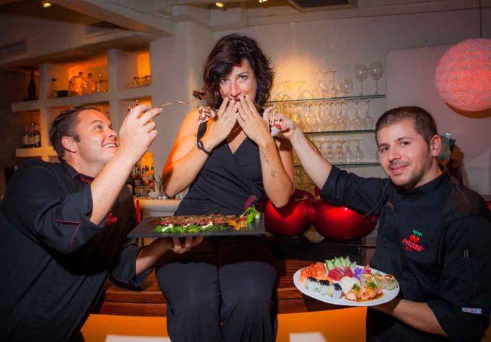 Los chefs Víctor Martínez y Razvan bromean con Natascha Spiegel, la responsable del restaurante Pachá.