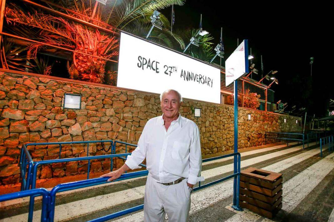 Pepe Roselló posa en la puerta de Space bajo el cartel del aniversario. ÁLEX CABALLERO