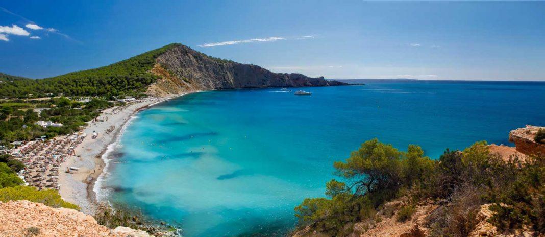 La zona costera de Cala Jondal concentra varios 'beach clubs' y restaurantes de lujo. AISHA BONET