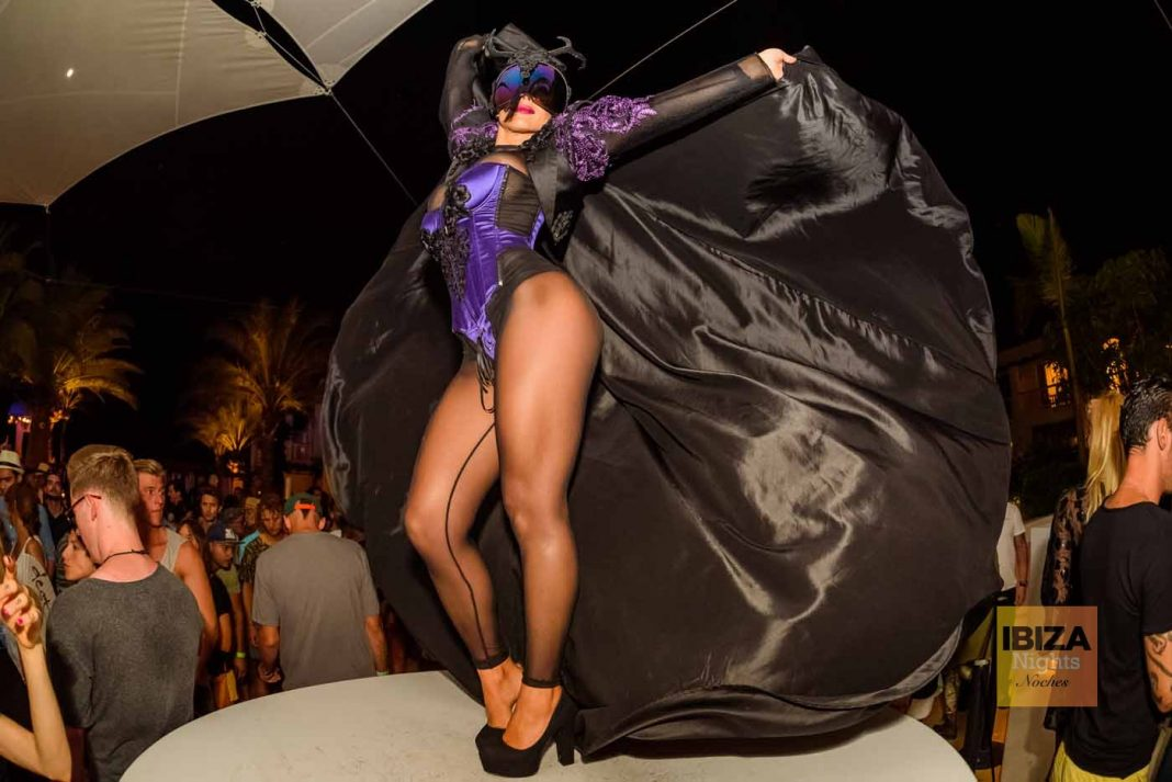Una bailarina en una de las fiestas de Destino.