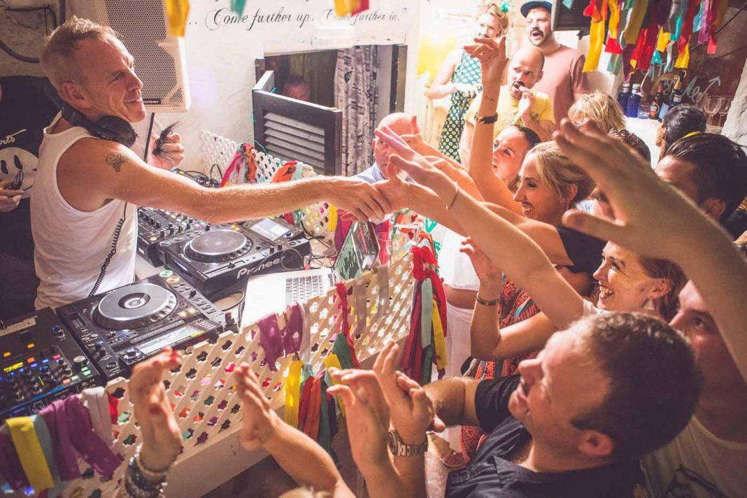 Fatboy Slim saluda al público en una sesión en Ibiza Rocks House.