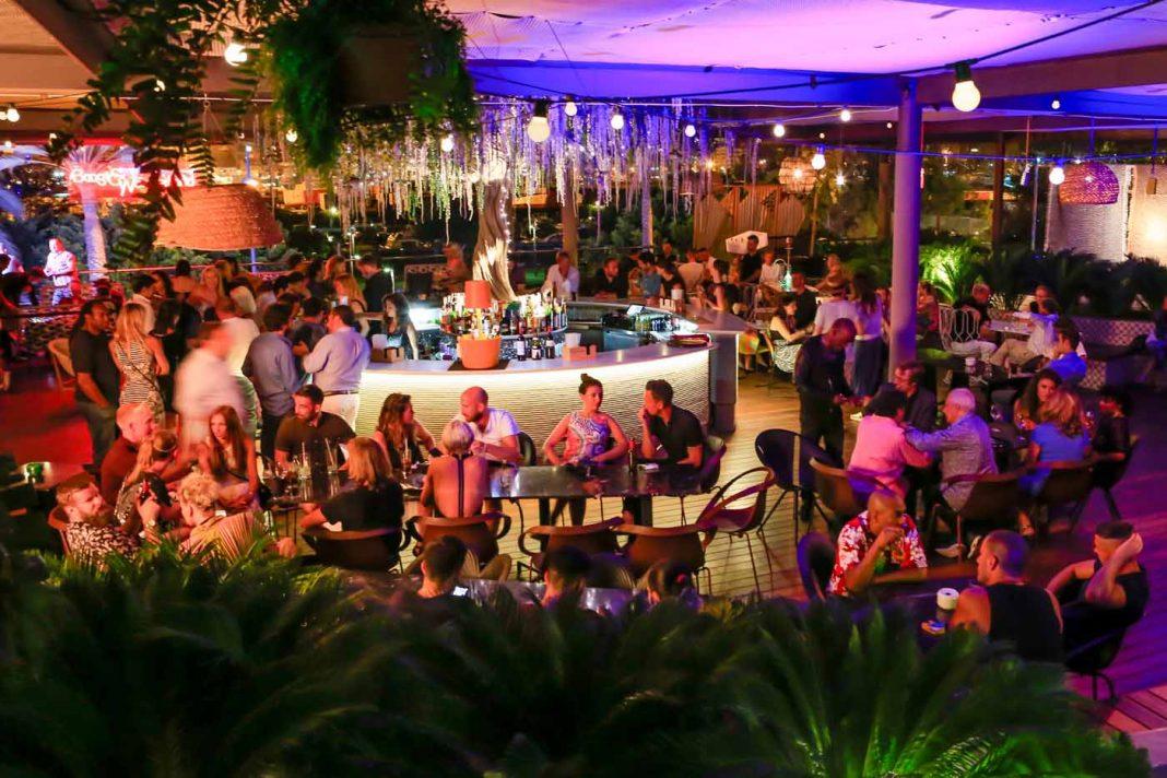 La terraza del Heart Ibiza con vistas a Dalt Vila se ha convertido en uno de los puntos de encuentro en la Milla de Platino. AISHA BONET