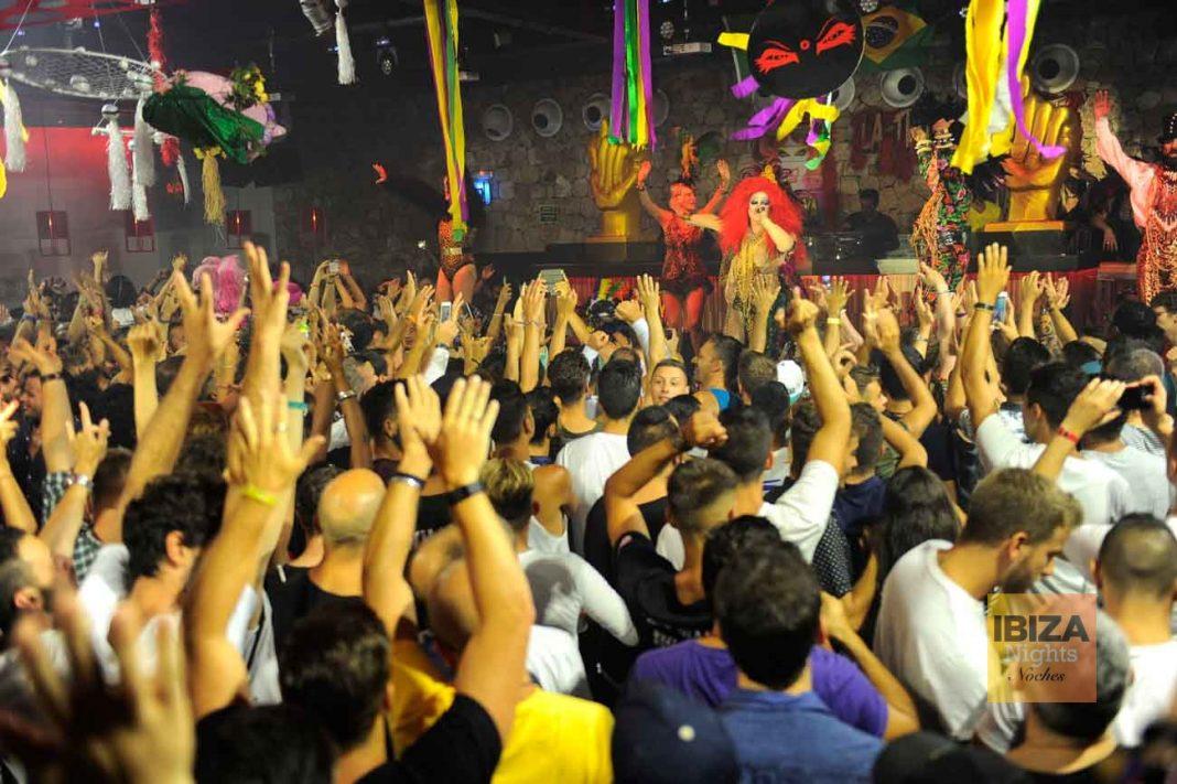 El público levante los brazos en La Troya. GABI VÁZQUEZ