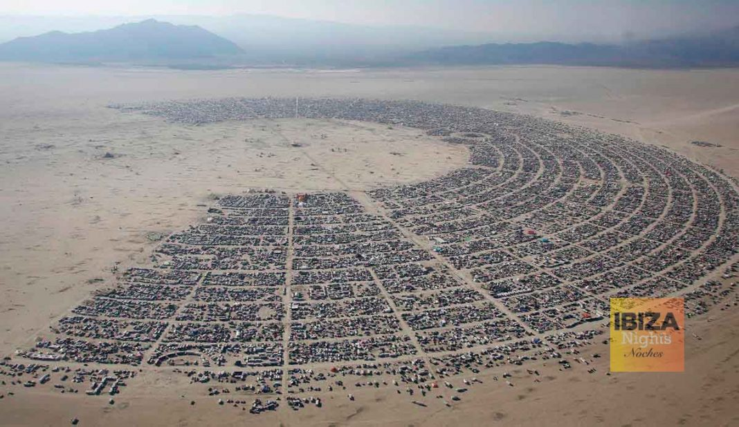 Imagen aérea del festival donde se ve la ciudad ficticia de Black Rock City, creada solo una semana al año.