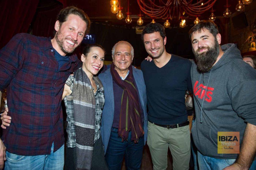 Juangui, perfecto anfitrión con Jimena L. Ansótegui, Juan Suárez y unos amigos.