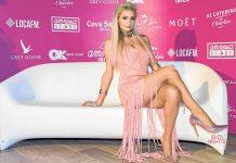 Paris Hilton posa ante el photocall de su fiesta en la discoteca Amnesia. PABLO DASS.