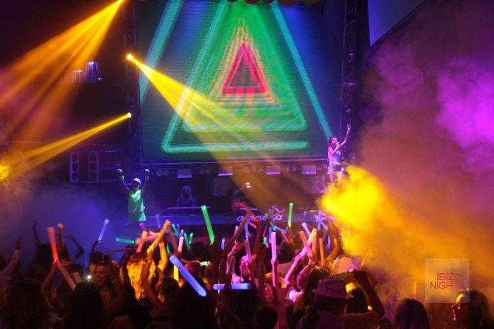 B·Young con Chloe Jane en Amnesia La discoteca se llenó de menores de edad y mucho color. Foto: JS