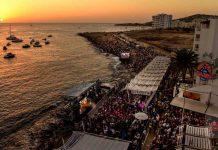 Vista aérea del festival con el escenario sobre la orilla y frente al Café Mambo. bbc radio 1 mambo 2017