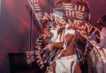 Heart Ibiza. Uno de los bailarines de Elements hace malabares con un tubo de led.