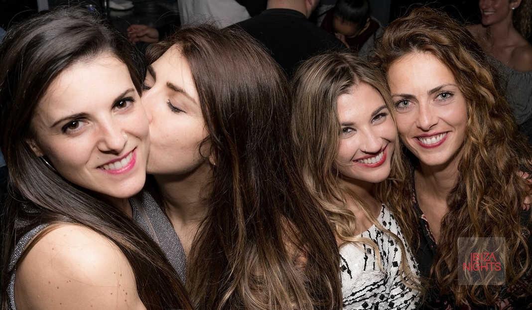 En la imagen un grupo de amigos disfrutando de la fiesta. Foto: Jota Saura.