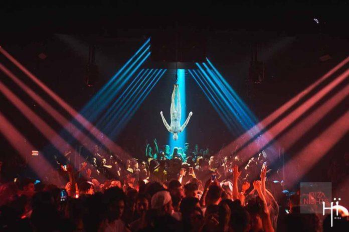 El emblega de la fiesta presidía el escenario durante toda la noche recordando a los presentes que hay 'vida tras la muerte'. Fotos: Hï Ibiza