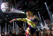 Purpurina. Extravagantes actuaciones al compás de música house y 'disco'.
