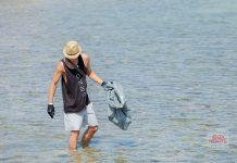 El equipo de Ocean Beach Ibiza durante una de las limpiezas. Foto: Ocean Beach Hotel
