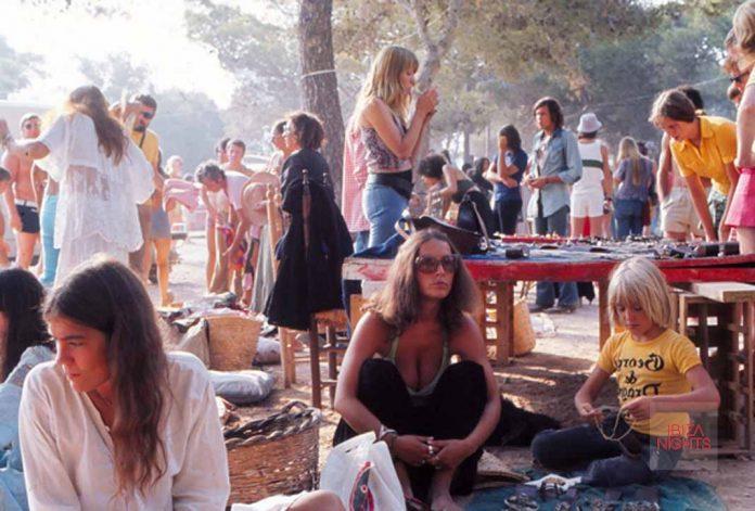 Fotografía antigua de mercadillo durante sus comienzos. Fotos: Hippy Market Punta Arabí