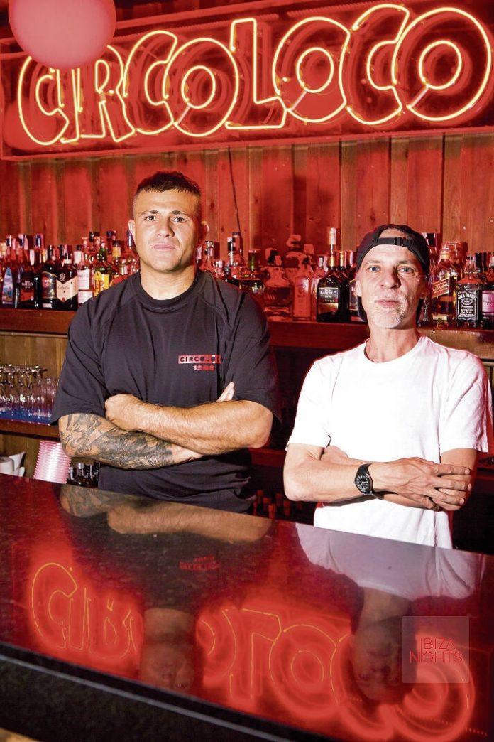 Circo Loco Ibiza. Antonio Carbonaro y Andrea Pelino ante el rótulo luminoso de la barra de Circo Loco. Foto: Aisha Bonet