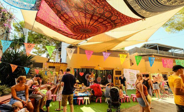 La carpa de Hippy Market Punta Arabí ofrece conciertos de música en vivo. Fotos: Hippy Market