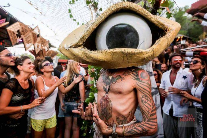 Seres de otros mundos bailan entre los invitados, Fotos: Toni Escobar