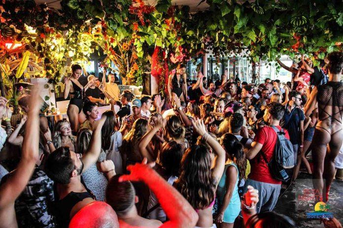 Cientos de 'clubbers' disfrutando de la música en la pista. Fotos: Karina Sayas